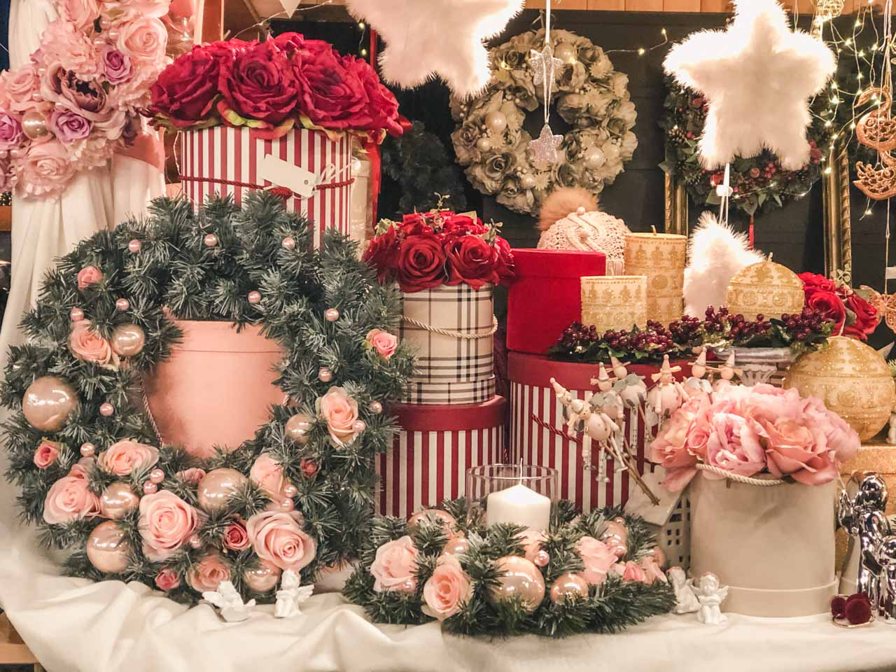 Christmas wreaths and roses in decorative boxes