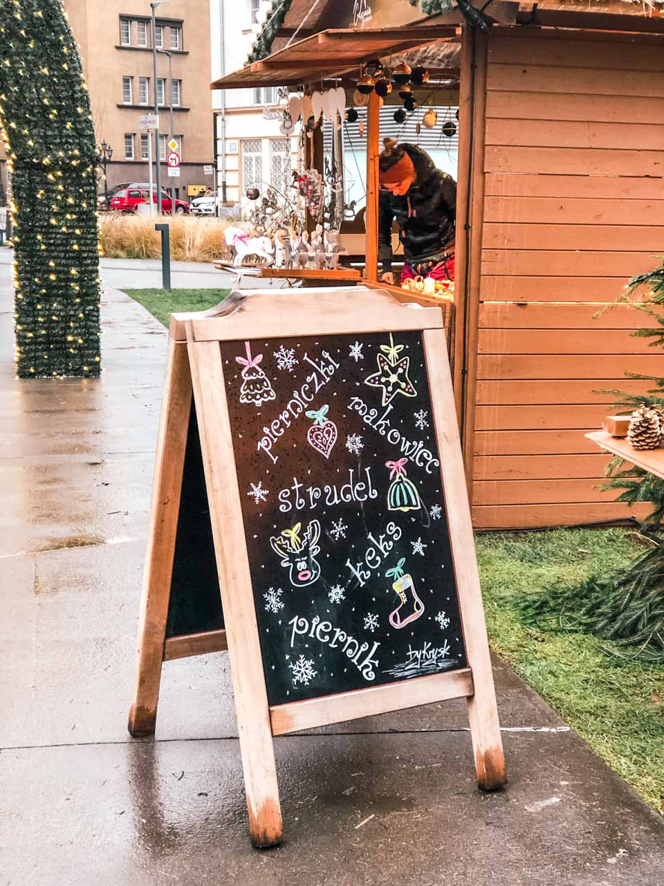 A sign outside a stall with poppyseed cake and gingerbread
